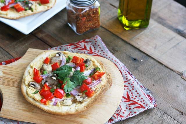 Veggie hummus pizza recipe. Surprisingly delicious! Click through for recipe.