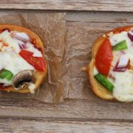 Homemade mini pizzas with a garlic bread crust. Perfect little appetizers! Repin to save.