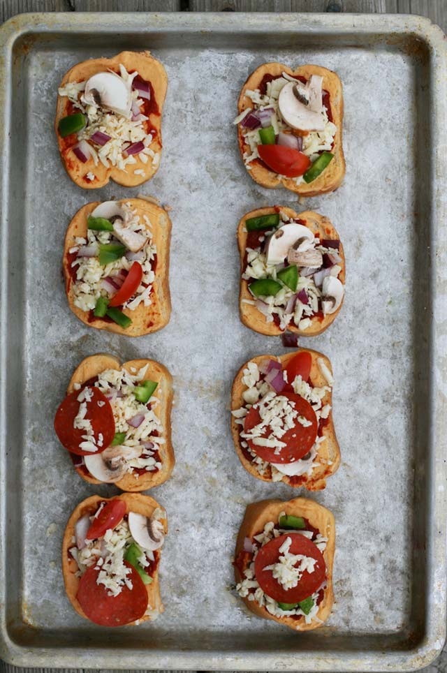 How to make garlic bread pizzas. Repin to save!