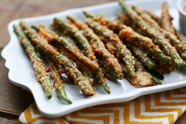 How to make oven-baked Parmesan green bean fries. It's SUPER easy!