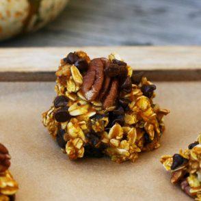 Gluten-free pumpkin oat chocolate clusters. Click through for SUPER easy recipe!