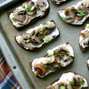 Mushroom Toasts: Just 10 minutes to make, a real crowd-pleasing appetizer recipe!
