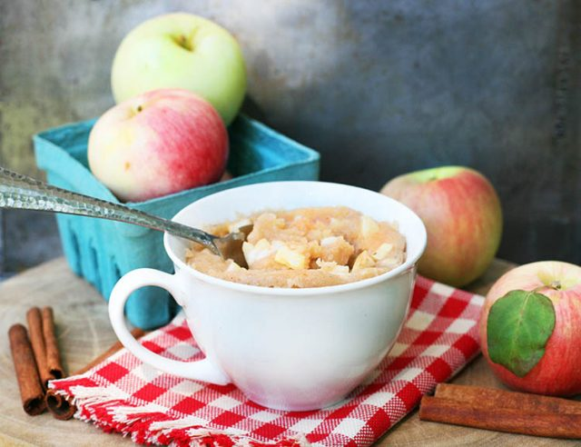 Apple-cinnamon mug cake: Got 5 minutes? Then you can make this moist, delicious mug cake with delicious apples.