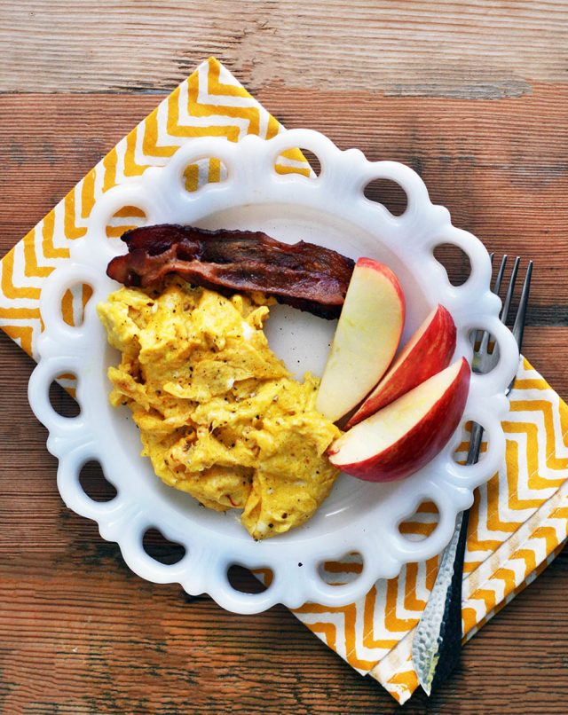 Turmeric scrambled eggs: Add anti-inflammatory (and flavorful!) turmeric to scrambled eggs. Click through for recipe.