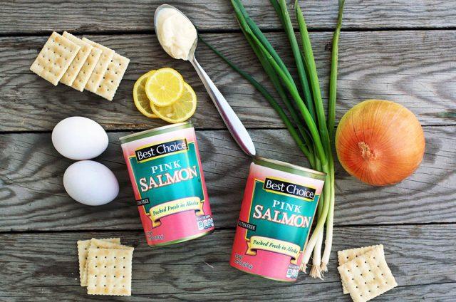 Homemade salmon patties: A super simple, basic recipe for salmon patties. Click through for recipe!