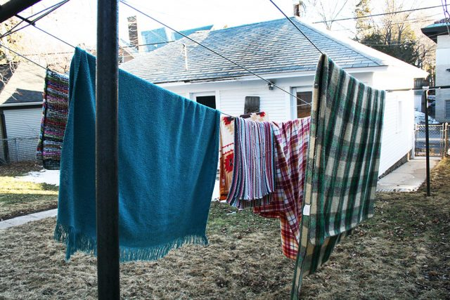 Save money by drying your clothes and laundry on the clothesline! Get more money-saving laundry tips by clicking through.