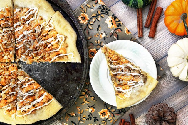 Pumpkin spice dessert pizza: Dessert pizza, with a fall twist. Click through for recipe!