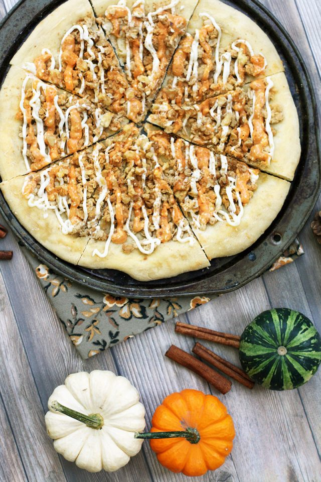 Pumpkin spice dessert pizza: Have your pizza AND your pumpkin spice at the same time! Click through for this sweet recipe.