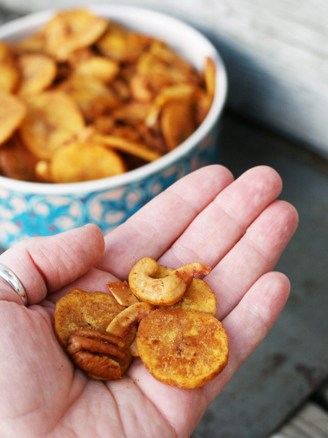 Paleo snack mix! A grain-free alternative to delicious homemade Chex Mix. Click through for recipe!