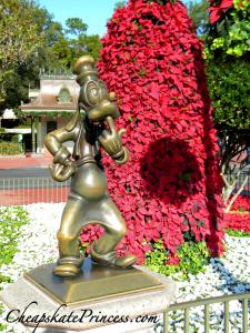 Goofy at Christmas, Goofy, Goofy statue, Goofy on Main Street, Goofy at Disney