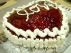 torta Cuore: torta margherita farcita con la cioccolata e ricoperta di marmellata e panna