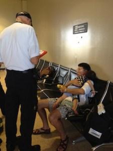 ▲入国手続きをしたベンチ。タイを抱きかかえた主人と現地の医師