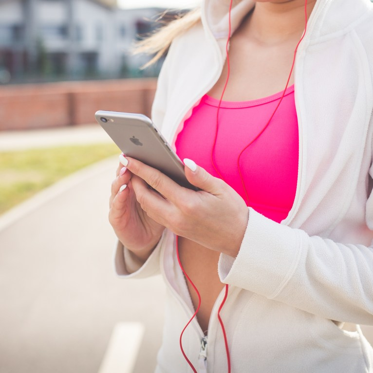 fit-girl-listening-to-music-on-her-iphone-picjumbo-com