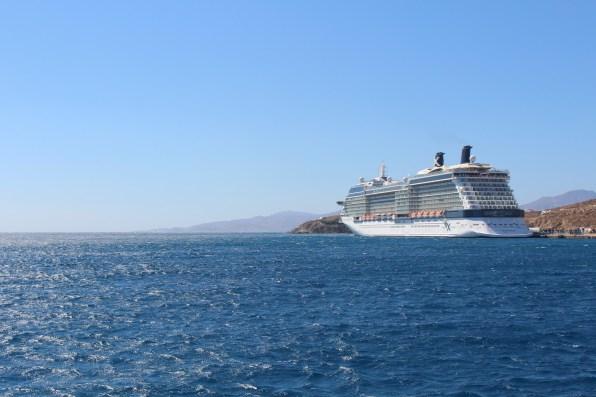 Die Celebrity Equinox im Hafen von Mykonos
