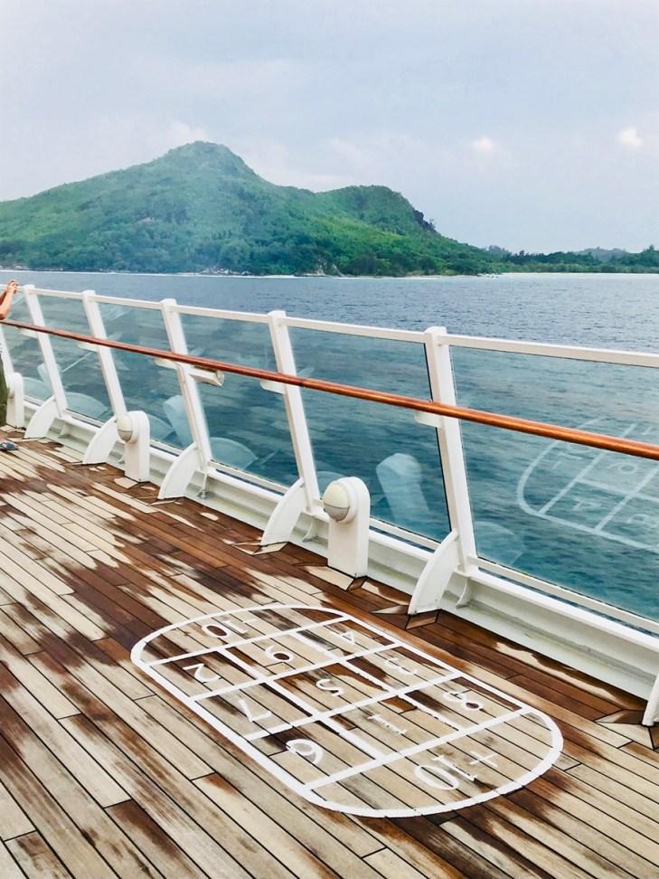 Deck mit Shuffleoardfläche an Bord von AIDA Aura
