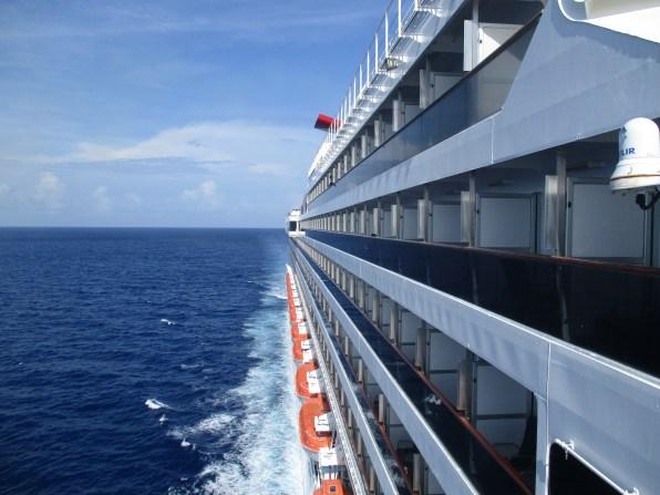 Beeindruckender Blick auf die gesamte Schiffslänge der Carnival Victory