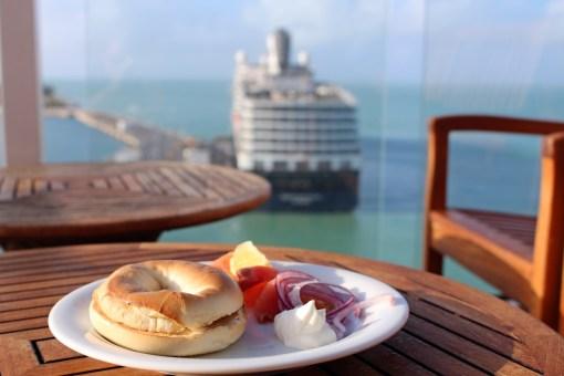 Frühstück im Oceanview Cafe an Bord der Celebrity Equinox