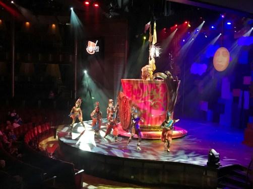 Show Ensemble der Celebrity Equinox
