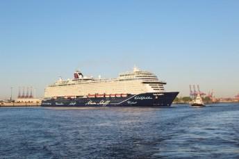 Neue Mein Schiff 1 bei mErstanlauf in Hamburg, 6. Mai 2018