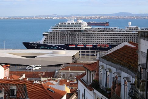Mein Schiff 2 am neuen Kreuzfahrtterminal in Lissabon