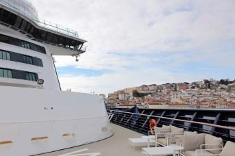 Blick vom Bug der Mein Schiff 2 auf die Altstadt Lissabons