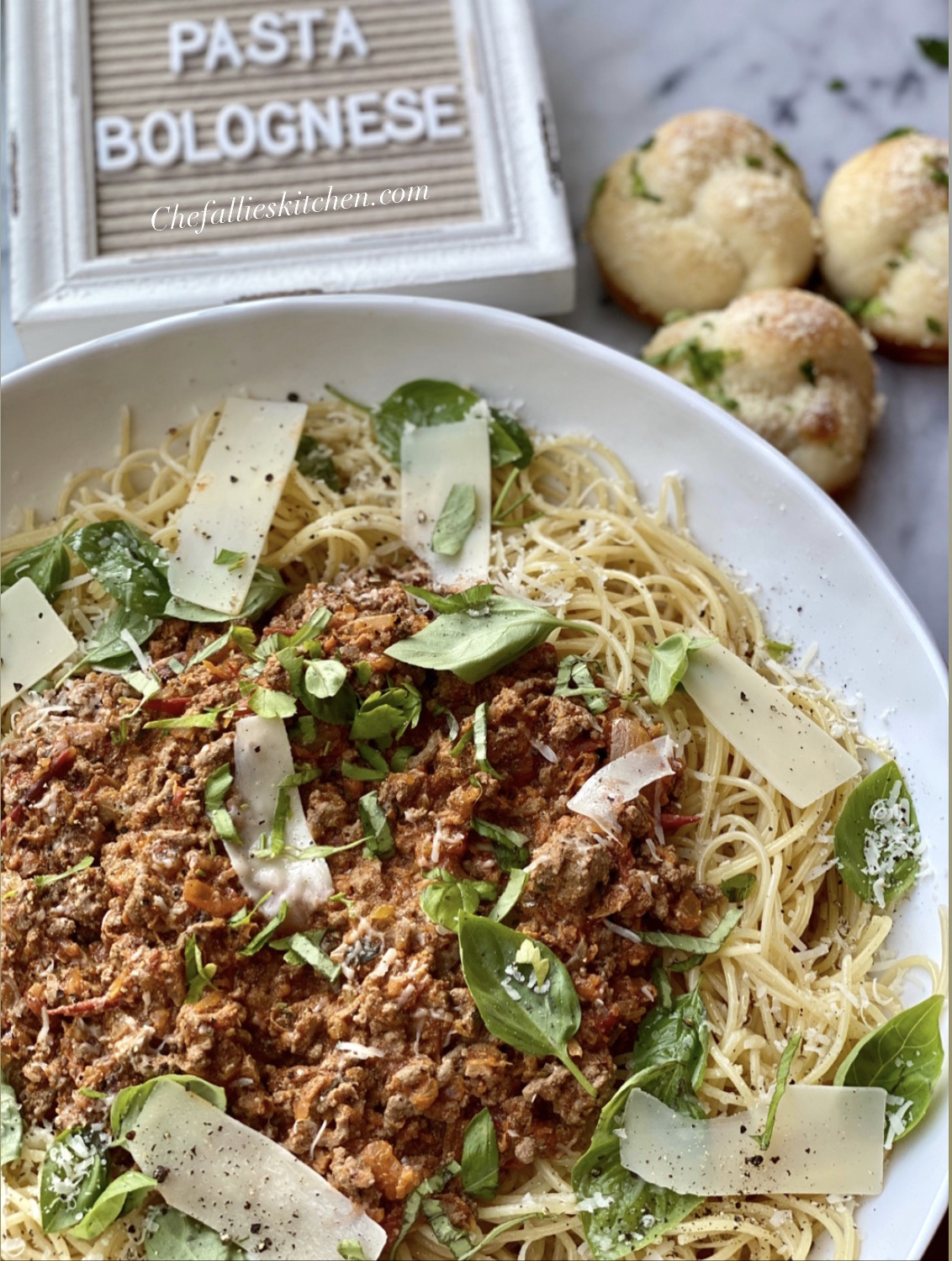 Pasta Bolognese With Garlic Knots