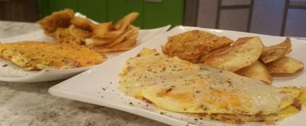Omelette de jamón, pollo y queso