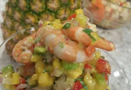 Ensalada de camarones con coco y piña