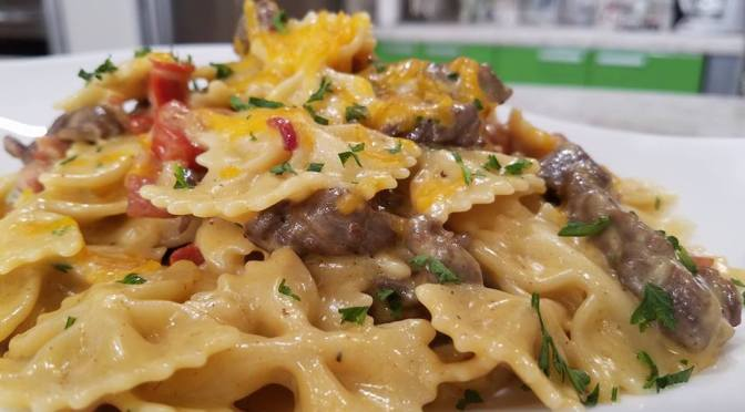 Pasta con churrasco, tocineta y chorizo (VIDEO)