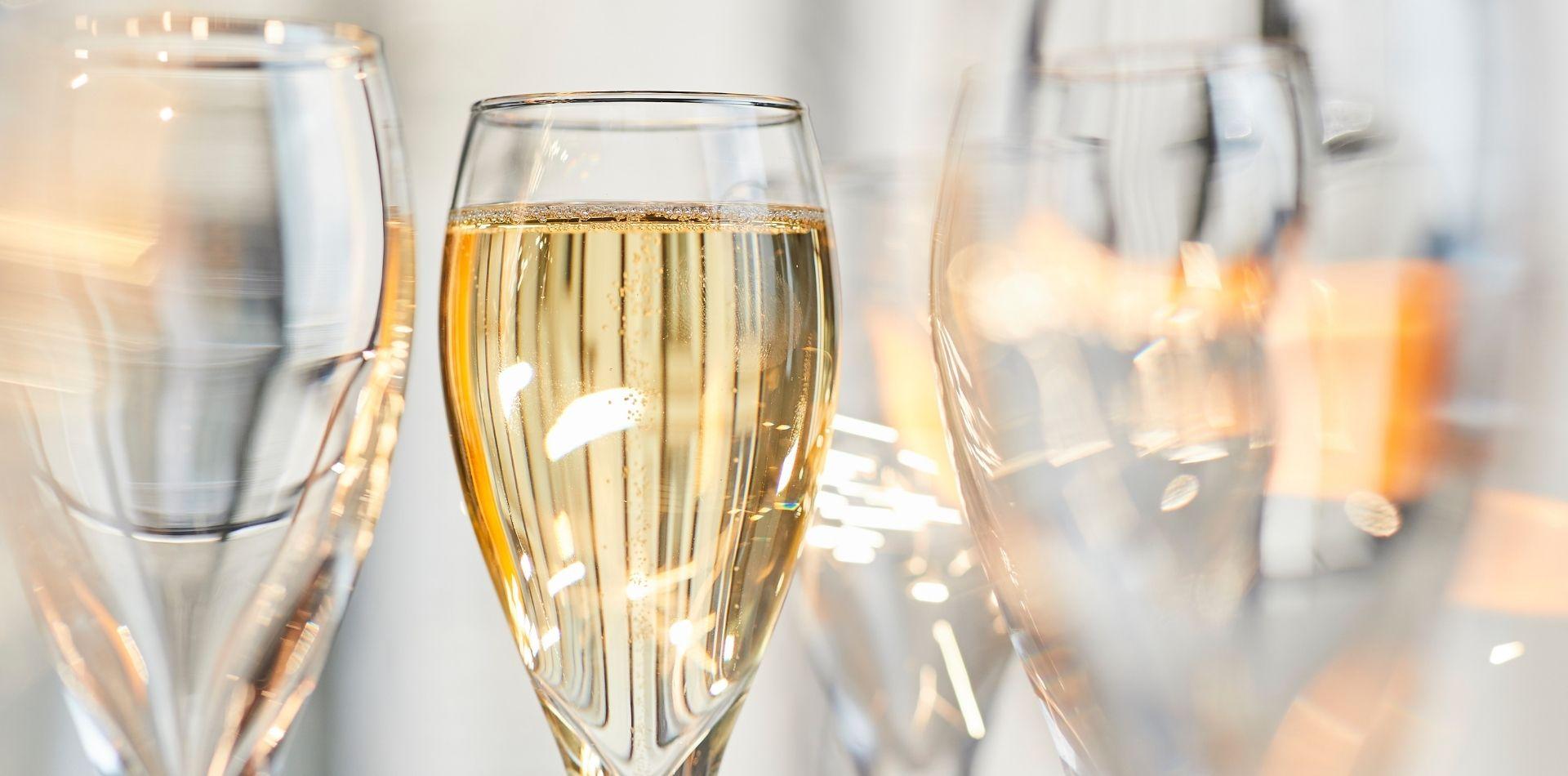 Coupes de champagne pour célébrer en entreprise grâce à l'événementiel