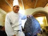 ristorante-hotel-le-fontanelle-a-prato-lo-chef-valentino-daloisio-e-un-magnifico-rombo-chiodato-foto-di-giorgio-dracopulos-critico-gastronomico
