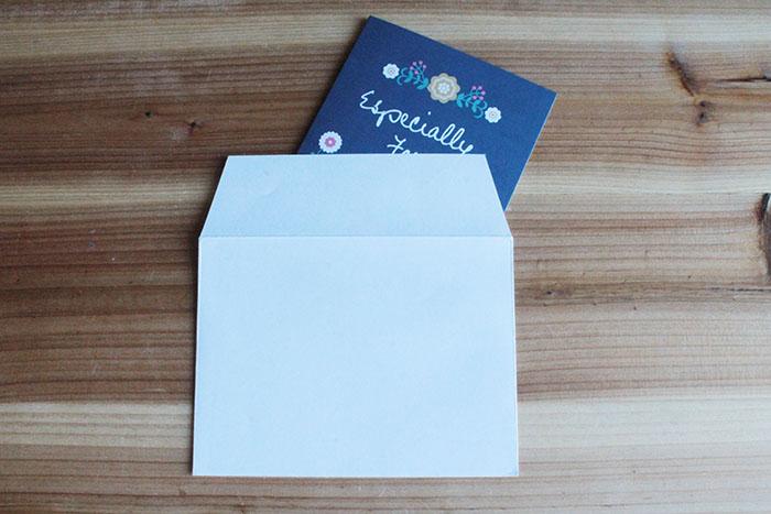 ダイソーの動画が贈れるカードを付属の封筒に入れて、贈ればOK!