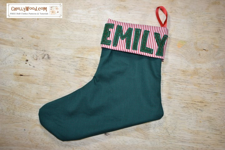 Click on the link under the picture to access the free patterns and tutorials for sewing a Christmas stocking with a cuff and felt letters that form a name.
