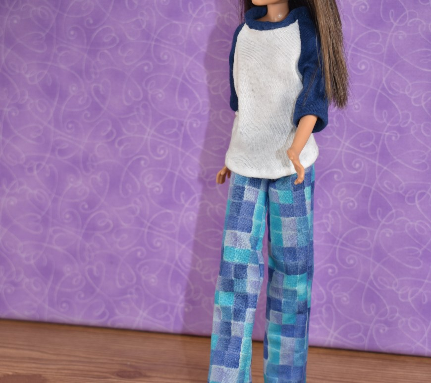 Here we see a Skipper doll wearing what could be lounge pants or pajama pants and a raglan sleeve T-shirt. She seems to be walking along casually. The sleeves of her raglan-sleeved Tee are 3/4 length sleeves.