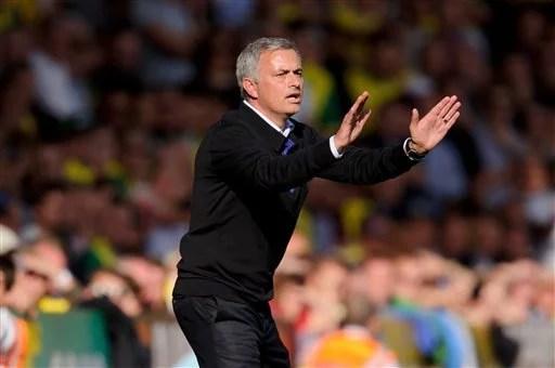 Técnico José Mourinho passa instruções para o time contra o Norwich. (Foto: AP)