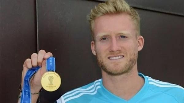 Schürrle com a medalha de campeão do mundo (Foto: Chelsea FC)