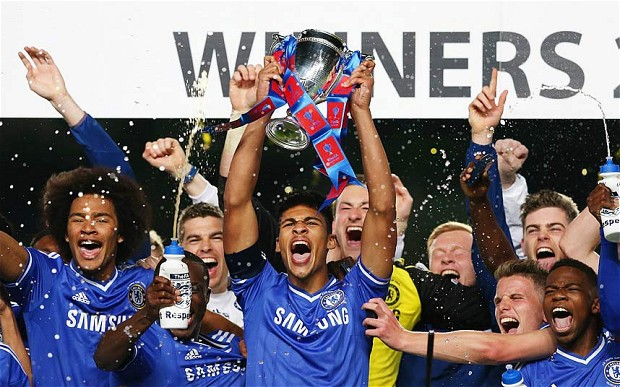 Loftus-Cheek ergue a taça da FA Youth Cup de 2014 (Foto: Getty Images)