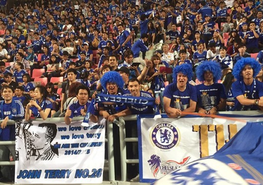Torcida em festa com Hazard, Terry e Diego Costa em campo no segundo tempo (Foto: Chelsea FC)