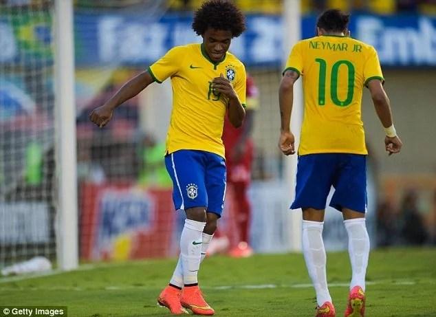 Willian e Neymar dividem o meio de campo da Seleção na Copa América (Foto: Getty Images)