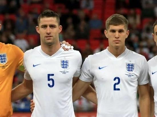 Cahill e Stones em ação pela seleção inglesa (Foto: Getty Images)