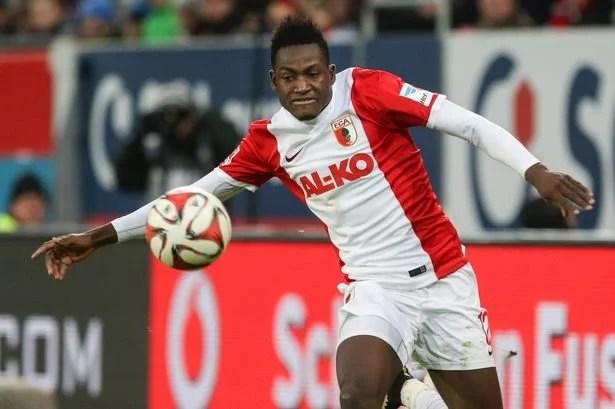 Baba Rahman fez uma temporada marcante no Augsburg e despertou interesse de grandes clubes (Foto: Mirror UK)