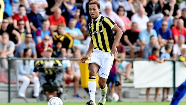 Lewis Baker marcou de pênalti na vitória do Vitesse sobre o Roda por 3 a 0 (Foto: The FA)