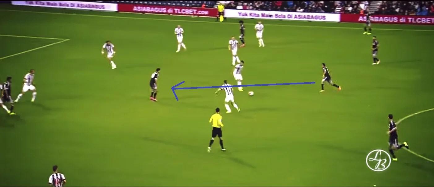 Pedro e Hazard - no centro - tabelam e o espanhol marca na estreia