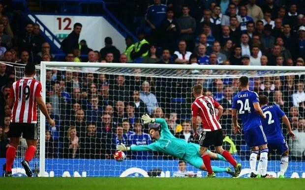 Davis fuzilando a meta defendida por Begovic (Foto: The Telegraph)