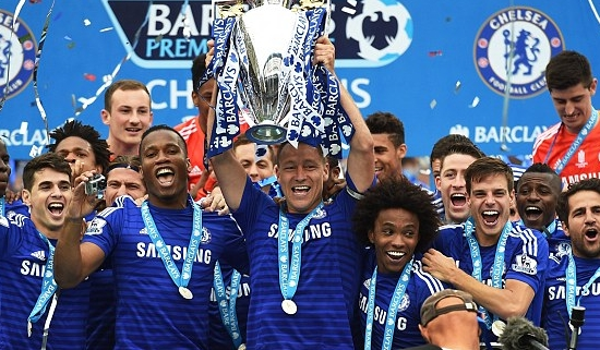 O capitão John Terry levantou o troféu da Premier League (Foto: Getty Images)