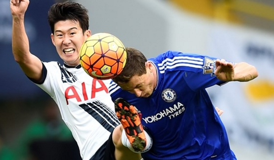Son Heung-Min e Matic disputam bola em White Hart Lane (Foto: Premier League)