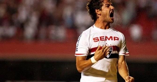 A falta de regularidade espanta os clubes interessados em Pato (Foto: Futura Press)