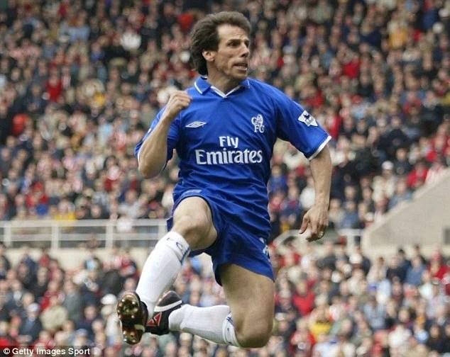 A tradicional comemoração com um soco no ar eternizou Zola no Chelsea
