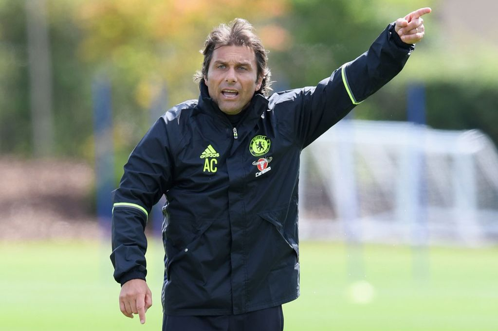 Antonio Conte em treino do Chelsea. (Foto: Mirror)