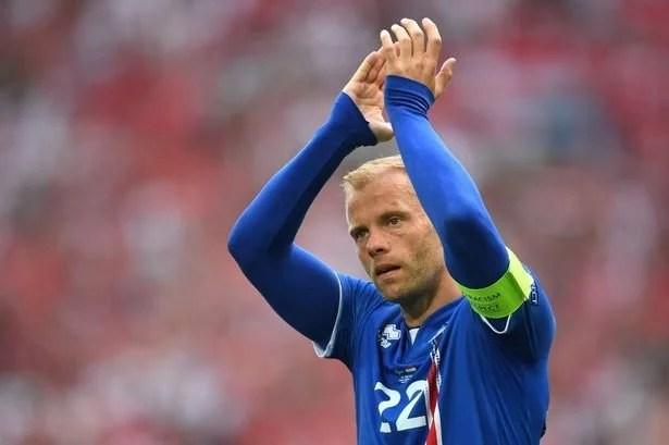 Gudjohnsen em ação pela Islândia: atacante é herói do futebol nacional (Foto: Laurence Griffiths)
